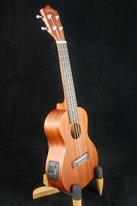 沙比利木23吋「電烏克麗麗」可接音響演奏