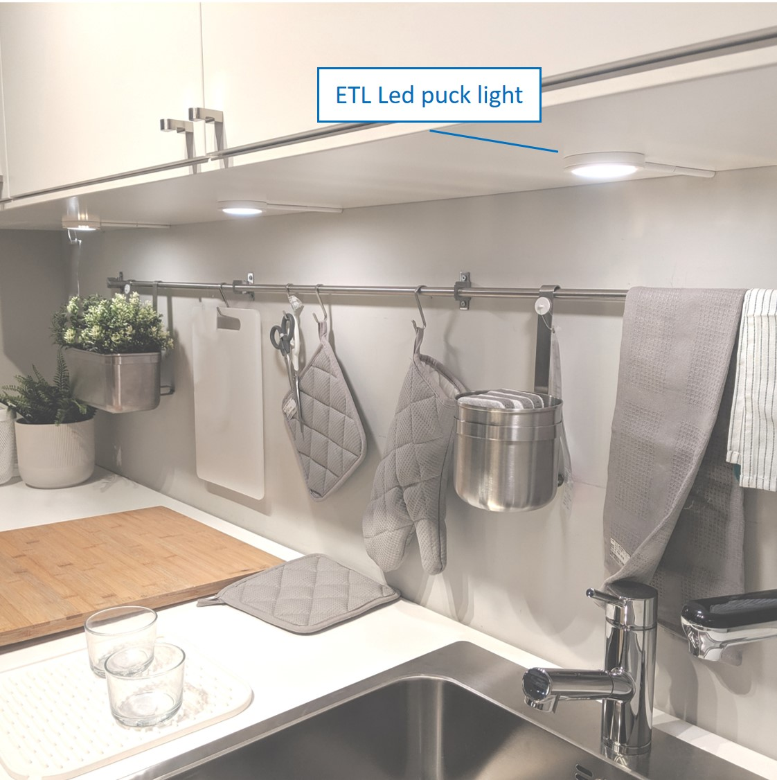 KITCHEN-PUCK LIGHT
