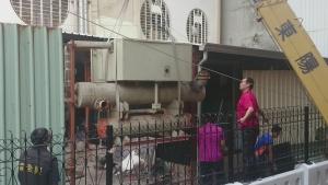 銀行中央空調系統主機汰換-舊主機吊掛中