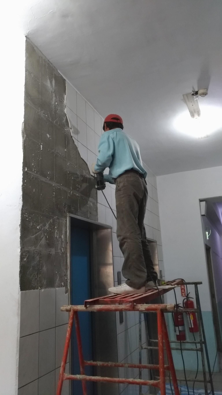 新北市土城中央路電梯口牆面磁磚更換,走廊油漆粉刷 (22)