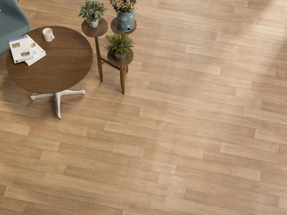 120 淺色木紋地板