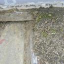 鐵皮屋頂堆積嚴重汙泥沙土,導至螺絲鏽蝕漏水