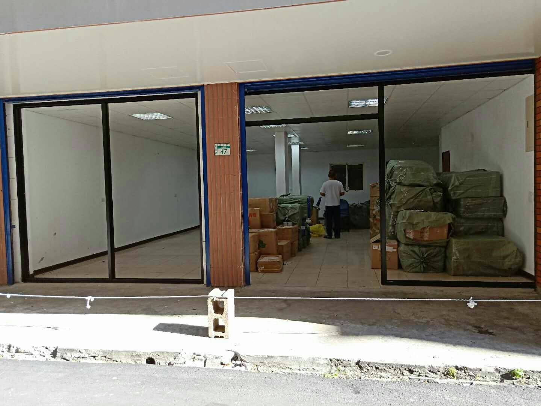 新莊精品店面門 大片落地窗