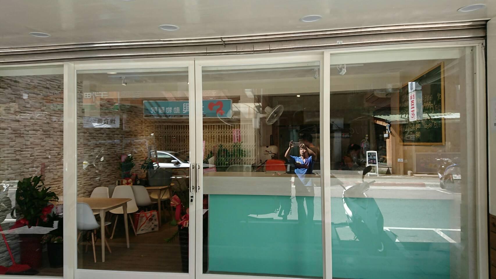 雙開式店面門窗