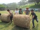 萬達舉辦外勞員工旅遊之滾草包比賽